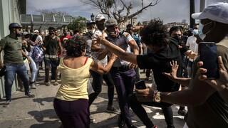 Ανεβαίνει η ένταση στην Κούβα: Δεκάδες συλλήψεις μετά τις μαζικές αντικυβερνητικές διαδηλώσεις