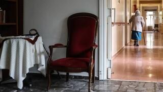 Πόσοι είναι οι ανεμβολίαστοι εργαζόμενοι στα γηροκομεία - Οι φόβοι για πλαστές βεβαιώσεις