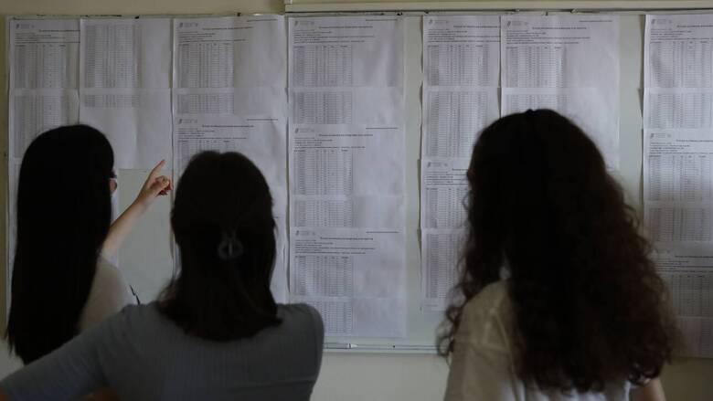 Πανελλήνιες 2021: Πόσοι υποψήφιοι έγραψαν κάτω από τη βάση