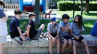 Κορωνοϊός: Στο επίκεντρο οι νεότερες ηλικίες - Νέα μέτρα για τις κατασκηνώσεις