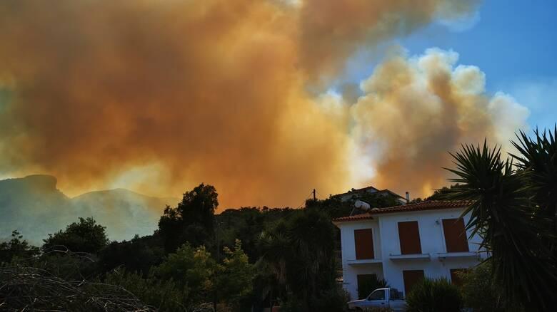 Φωτιά στη Σάμο: Μάχη με το πύρινο μέτωπο - Εντολή εκκένωσης στο Κοκκάρι από την Πυροσβεστική