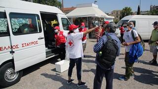 Ο Ερυθρός Σταυρός μοιράζει νερό και είδη πρώτης ανάγκης σε άστεγους τις ημέρες του καύσωνα