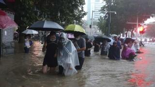 Στο έλεος των πλημμυρών η Κίνα: Δώδεκα άνθρωποι νεκροί - Βυθίστηκαν σιδηροδρομικοί σταθμοί
