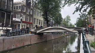 Σε κανάλι του Άμστερνταμ, η πρώτη στον κόσμο ατσάλινη γέφυρα από τρισδιάστατο εκτυπωτή