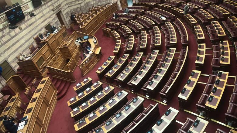 Υποχρεωτικοί εμβολιασμοί: Ψηφίζεται στη Βουλή εν μέσω αντιδράσεων η επίμαχη τροπολογία