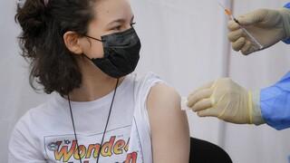 Κορωνοϊός: «Πράσινο φως» από τον ΕΜΑ στο εμβόλιο της Moderna για εφήβους 12-17 ετών