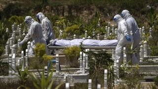 Ινδία: Ξεπέρασαν τους 420.000 οι θάνατοι εξαιτίας της COVID-19
