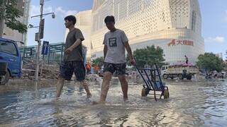 Kίνα: Μετά τις φονικές πλημμύρες κλείνουν λιμάνια και σιδηρόδρομοι ενόψει τυφώνα Ιν-Φα