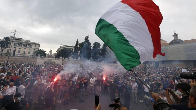 Ιταλία: Αρνητές του κορωνοϊού κατέκλυσαν τους δρόμους της Ρώμης