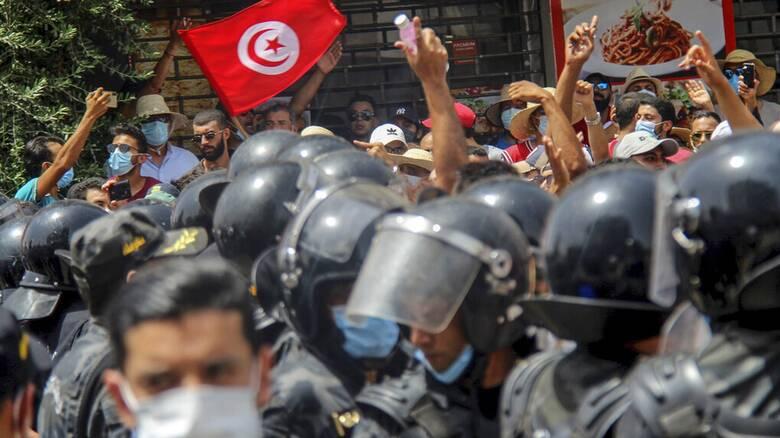 Τυνησία: Παύθηκε η κυβέρνηση από τον πρόεδρο - Στους δρόμους ο στρατός