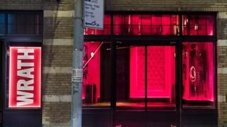 «Τα Επτά Θανάσιμα Αμαρτήματα»: Θεατρικές παραστάσεις σε βιτρίνες καταστημάτων στο Μανχάταν