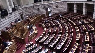 Βουλή - Εκπαιδευτικό νομοσχέδιο: Μητσοτάκης-Τσίπρας διασταυρώνουν τα ξίφη τους