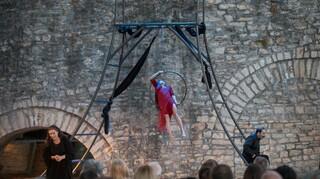 «Τo Γεφύρι της Άρτας» και οι Λυγερές του Κάτω Κόσμου στο Θέατρο Τέχνης