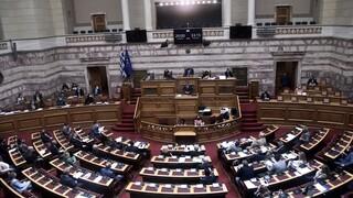 Σύγκρουση πολιτικών αρχηγών για πανδημία και Παιδεία στη Βουλή