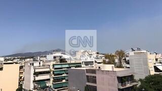 Πυκνοί καπνοί στον ουρανό της Αττικής από την πυρκαγιά στη Σταμάτα