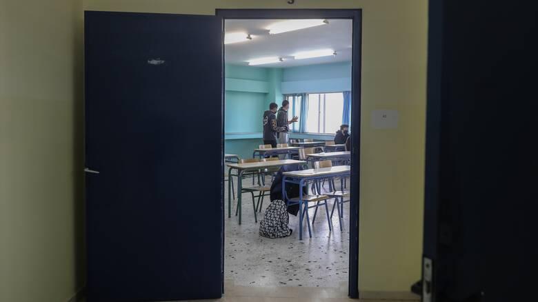 Κορωνοϊός: Ποινές σε εκπαιδευτικούς χωρίς εμβόλιο ή rapid test