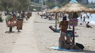 Καύσωνας: Σε ποιες οργανωμένες παραλίες μπορείτε να κάνετε δωρεάν μπάνιο σήμερα