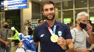 Ολυμπιακοί Αγώνες: Στην Αθήνα ο «χρυσός» Στέφανος Ντούσκος - Αποθέωση στο αεροδρόμιο