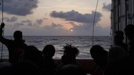 Ασφαλές λιμάνι αναζητά το πλοίο Ocean Viking που μεταφέρει 555 διασωθέντες μετανάστες