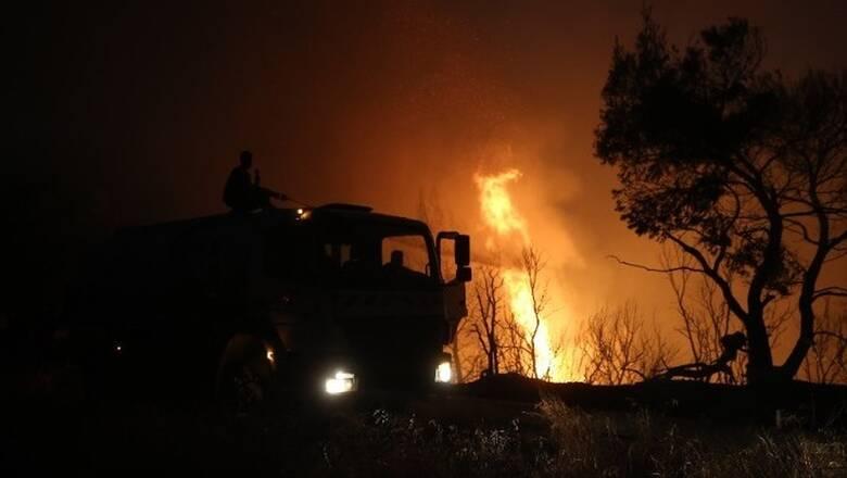 Φωτιά Βαρυμπόμπη: «Αγώνας» για την ηλεκτροδότηση των βορείων προαστίων