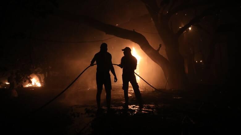 Συνεχίζεται η πυρκαγιά στην Λίμνη Εύβοιας - Δεν μπορούν να επιχειρήσουν τα αεροπλάνα