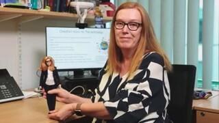 Η δημιουργός του εμβολίου της AstraZeneca έγινε κούκλα Barbie