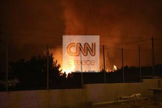 Στις φλόγες μάντρα αυτοκινήτων στις Αφίδνες - Συνεχείς εκρήξεις