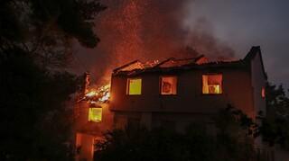 Φωτιές Αττική: Το πύρινο μέτωπο πέρασε μέσα στη Βαρυμπόμπη και τους Θρακομακεδόνες
