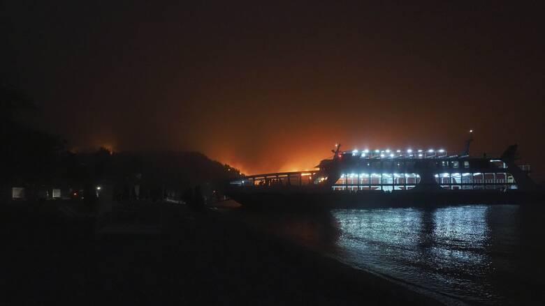 Φωτιά Εύβοια: Στις φλόγες η Λίμνη - Εγκλωβισμένοι σε Κεχριές και Μουρτιά