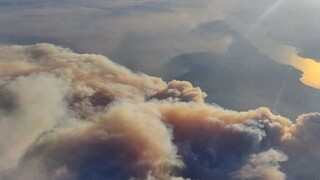 Φωτιές Εύβοια: Ο καπνός από την τεράστια πυρκαγιά, όπως φαίνεται από αεροπλάνο