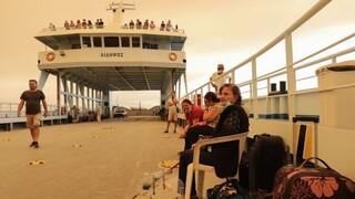 Φωτιά Εύβοια: Απομακρύνονται με πλωτά μέσα οι κάτοικοι από το Πευκί