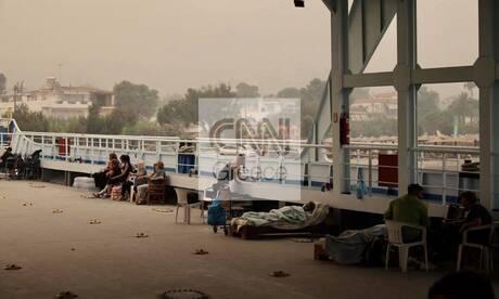 Φωτιά στη Βόρεια Εύβοια: Στο φέρι μποτ πέρασαν τη νύχτα οι κάτοικοι από το Πευκί