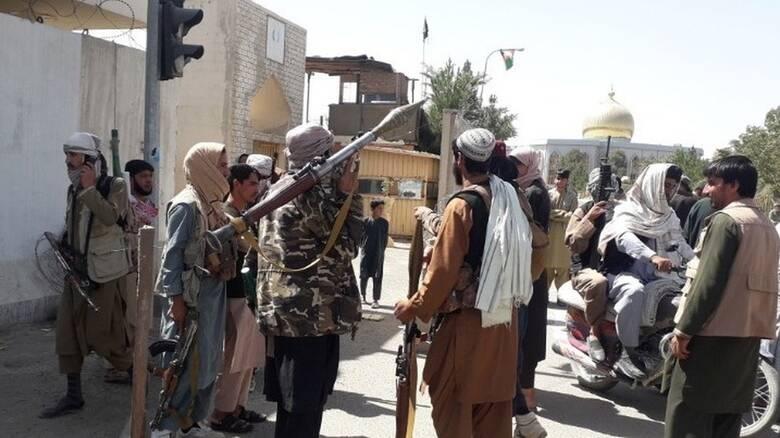 Αφγανιστάν: Σε διαβουλεύσεις ο πρόεδρος Γάνι, ενώ η χώρα «πέφτει» στα χέρια των Ταλιμπάν