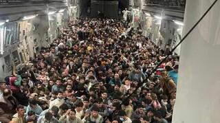 Αφγανιστάν: Το προσφυγικό δράμα σε μία φωτογραφία - 640 άνθρωποι «στοιβαγμένοι» σε αεροσκάφος