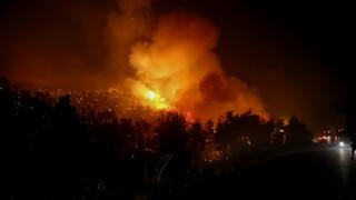 Φωτιά: Αγώνας για να προστατευθούν τα Βίλια - Μαίνεται το πύρινο μέτωπο