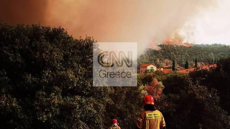 Φωτιά: Φλόγες περικύκλωσαν τα Βίλια - Υπεράνθρωπες προσπάθειες για την ανακοπή του μετώπου