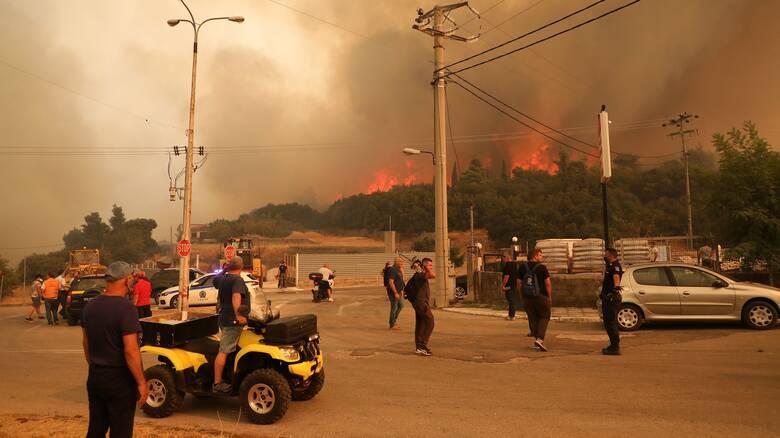 Φωτιά Βίλια: «Δεν υπάρχουν δασικοί δρόμοι, το βράδυ οι πυροσβέστες δεν μπορούν να περάσουν»