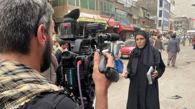 H ανταποκρίτρια του CNNi στην Καμπούλ αντιμέτωπη με τα οπλισμένα Καλάσνικοφ των Ταλιμπάν