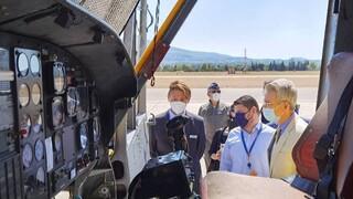 Επίσκεψη Χαρδαλιά και Πάιατ στους πιλότους των ελικοπτέρων πυρόσβεσης