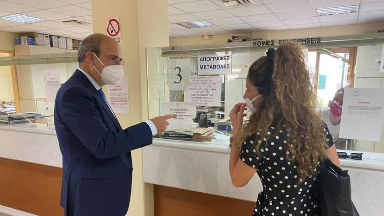 Αιφνιδιαστική επίσκεψη Χατζηδάκη στον ΕΦΚΑ Κέρκυρας: Δεν τον αναγνώρισε ο υπάλληλος
