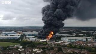 Βρετανία: Μεγάλη φωτιά και εκρήξεις σε βιομηχανικές εγκαταστάσεις στο Λίμινγκτον Σπα