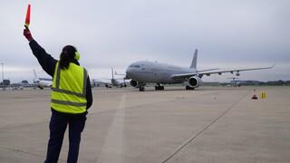 Αφγανιστάν: Γυναίκα γέννησε μέσα στο αεροπλάνο που την μετέφερε στη Βρετανία