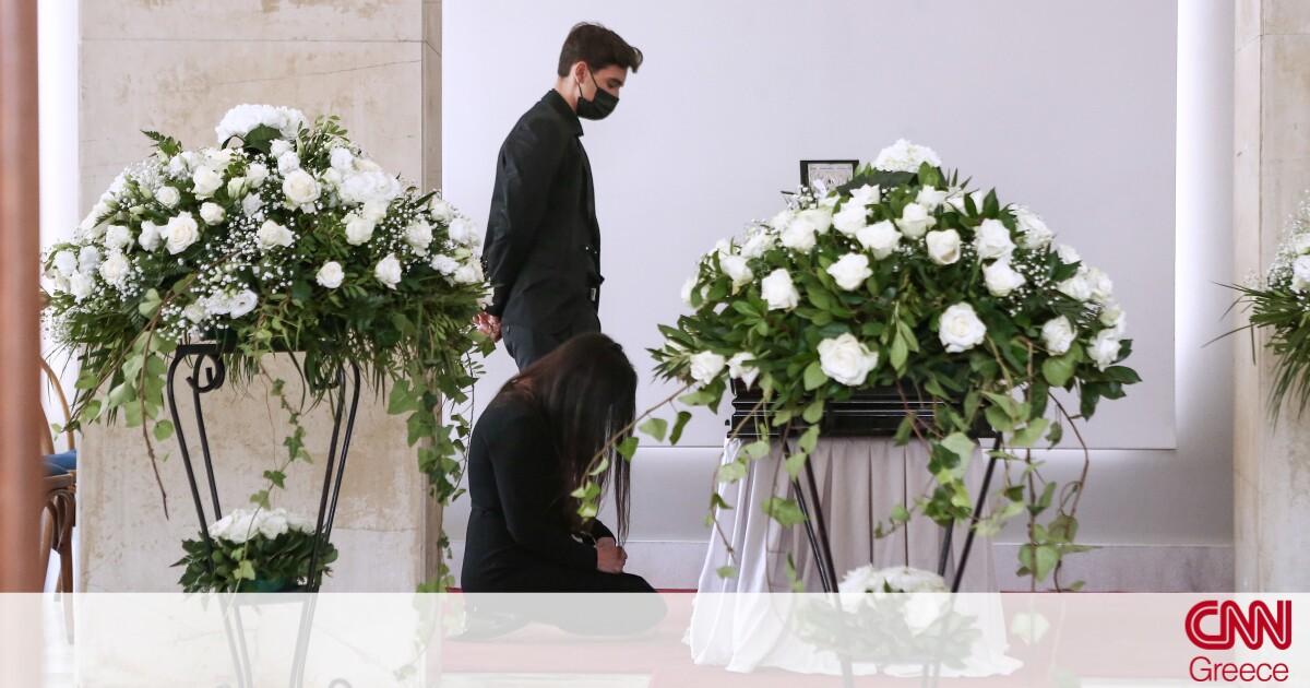 Άκης Τσοχατζόπουλος: Το τελευταίο αντίο από συγγενείς και φίλους στο Α΄ Νεκροταφείο