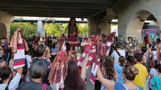 «Γιατί τόσο μίσος για μια κούκλα;»: Επεισόδια κατά την άφιξη την «Αμάλ» στη Λάρισα