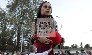 Στην Αθήνα η μικρή «Αμάλ»: Το «Άσμα Ασμάτων» συνοδεύει την κούκλα-σύμβολο των προσφύγων