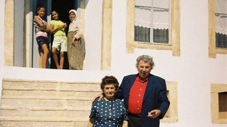 Μίκης Θεοδωράκης: Σπάνιες φωτογραφίες έξω από το σπίτι της μητέρας του στον Τσεσμέ