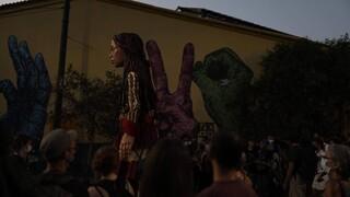 Ένταση σε αντιφασιστική εκδήλωση για την κούκλα-σύμβολο των προσφύγων «Αμάλ»