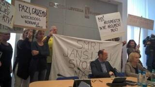 Σλοβενία: Εισβολή αρνητών του κορωνοϊού στο στούντιο της δημόσιας τηλεόρασης