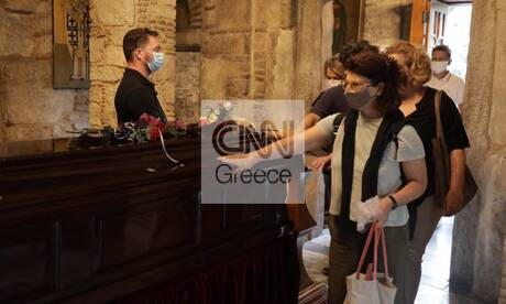 Μίκης Θεοδωράκης: Ουρές πολιτών στο λαϊκό προσκύνημα στη Μητρόπολη Αθηνών