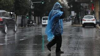 Καιρός: Προειδοποίηση για έντονες βροχοπτώσεις - Βγαίνουν τα χειμωνιάτικα από τις ντουλάπες